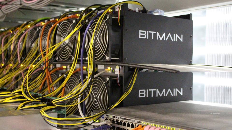 Computadores de mineração Bitcoin são retratados em uma fazenda de mineração Bitcoin perto de Keflavik, na Islândia.