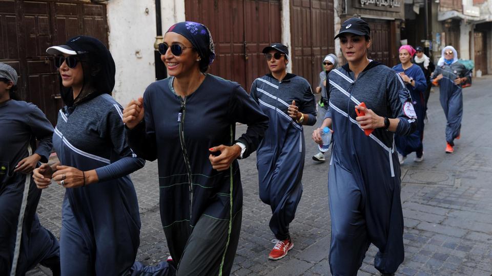 Saudische Frauen joggen am 8. März 2018 in den Straßen von Jeddahs historischem Stadtteil Al Balad. Farbenfroh und trotzig, eine Sport-freundliche Version des Abaya-Kleides galt einst als Symbol der kulturellen Rebellion im konservativen Saudi-Arabien, aber es wird schnell das neue Normal.  8. März 2018