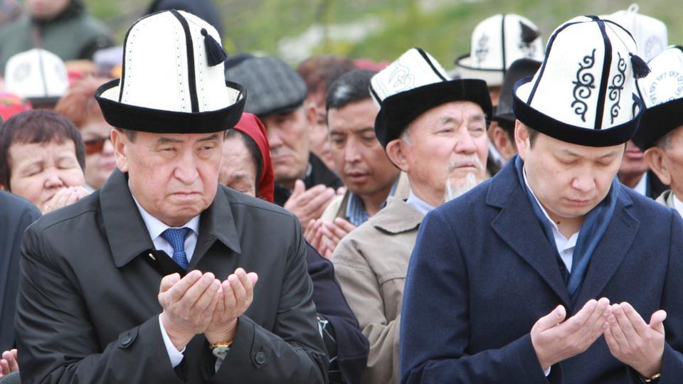 Kyrgyz President Sooronbai Jeenbekov (L) dismissed Prime Minister Sapar Isakov's (R) government after over a hundred lawmakers voted for the move.