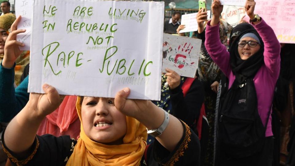 In diesem Foto am 16. April 2018 hält Student der All-Ladakh-Vereinigung von Kaschmir Plakate während eines Protestes, der für Gerechtigkeit angesichts des neuen Vergewaltigungs- und Mordfalles eines acht-jährigen Mädchens im indischen Staat von Jammu und von Kaschmir, in Srinagar fordert .