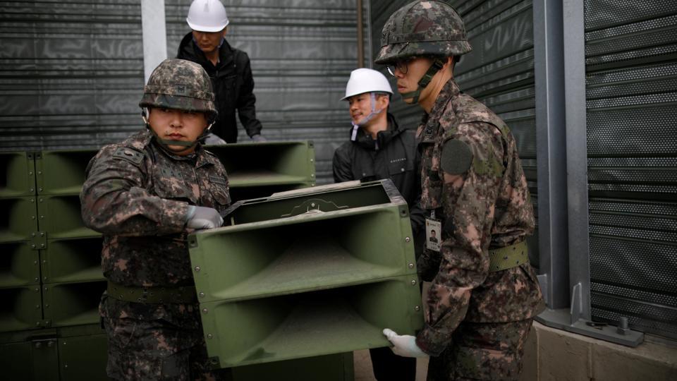 Los soldados surcoreanos desmantelan los altavoces que se establecieron para las transmisiones de propaganda cerca de la Zona Desmilitarizada que separa las dos Coreas en Paju, Corea del Sur, el 1 de mayo de 2018.