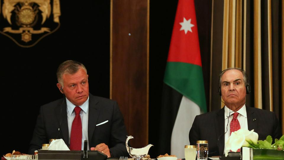 In this file photo taken on May 01, 2018, Jordanian King Abdullah II (L) and Prime Minister Hani Mulki attend an official lunch meeting at the Royal Palace in Amman. (File photo)