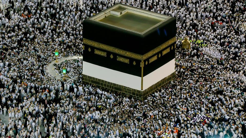 Les pèlerins musulmans circambulent autour de la Kaaba dans la Grande Mosquée, avant de partir pour le pèlerinage annuel du Hajj dans la ville sainte musulmane de La Mecque, en Arabie Saoudite, tôt le dimanche 19 août 2018.