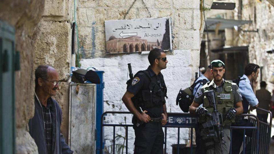 Israeli policemen stand guard at an entrance to Al Aqsa mosque, on a compound known by Muslims as the Noble Sanctuary and by Jews as the Temple Mount, in Jerusalem's Old City on October 8, 2015.
