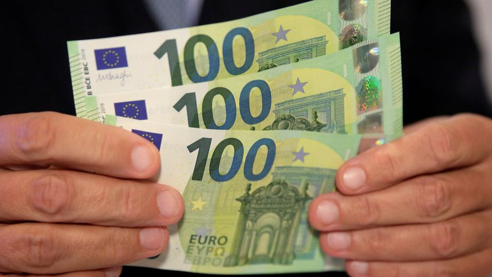 An Austrian central bank official displays new 100 euro banknotes in Vienna, Austria, on September 17, 2018.