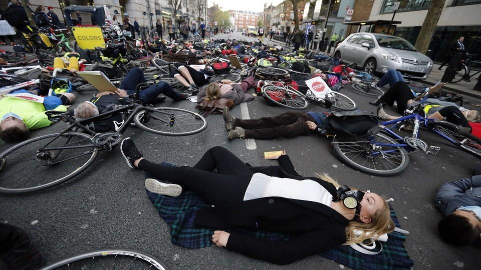 """A """"die-in"""" protest in London drawing attention to the dangers of air pollution for cyclists. (April 27, 2016)"""
