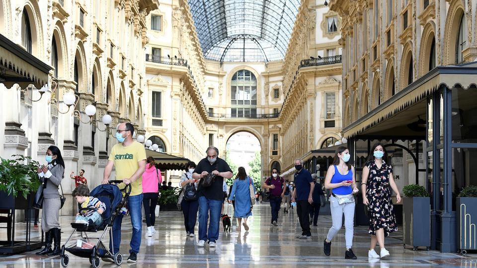 Galleria Vittorio Emanuele II'de insanlar yürürken, İtalya, 18 Mayıs 2020'de Milano, İtalya'da koronavirüs hastalığı (Covid-19) salgını sırasında uygulanan bazı kilitleme önlemlerini hafifletir.