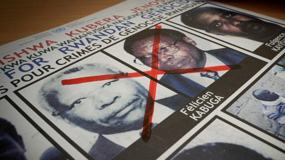 19 Mayıs 2020'de çekilen bu dosya fotoğrafında, Ruanda'daki Kigali'deki Soykırım Kaçak Takip Birimi ofisinde aranan bir posterde, 1994 Ruanda soykırımı'ndaki son önemli şüphelilerden biri olan Felicien Kabuga'nın yüzüne kırmızı bir çarpı görülüyor. .