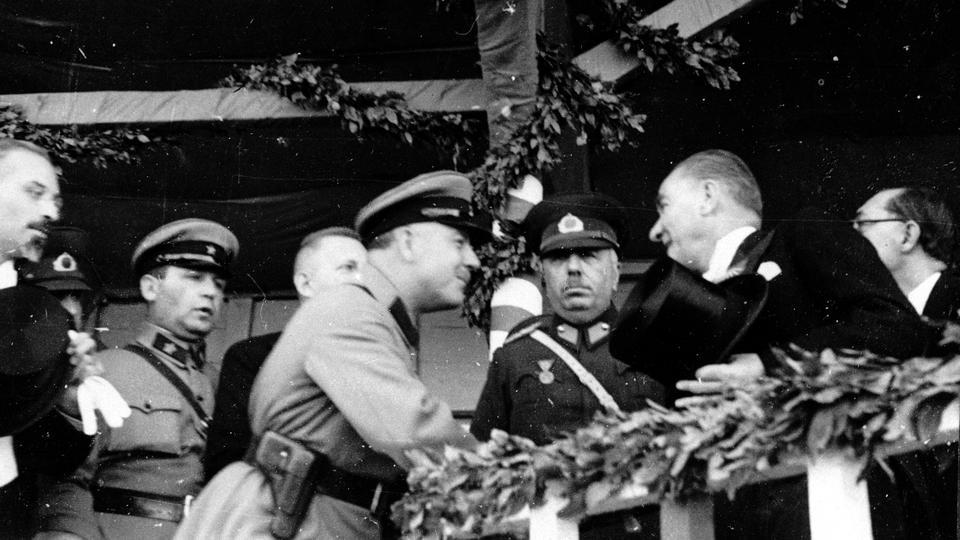 3 Kasım 1933 tarihli bu fotoğrafta, Cumhurbaşkanı Mustafa Kemal Atatürk (R) Kızıl Ordu Komutanı General Kliment Voroshilov'u (C) kabul etti. Sovyet hükümeti Ankara'ya Türkiye'ye doğum günü hediyesi olarak beş savaş uçağı verdi.