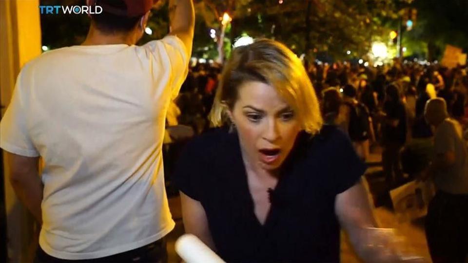 TRT World'ün Washington muhabiri Sally Ayhan, canlı yayın sırasında göğüs ve bacağında plastik mermilerle yaralandı.