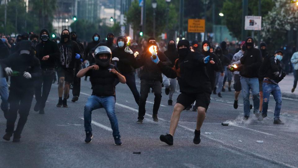 Maskeli protestocular, George Floyd'un ölümüyle ilgili bir gösteriden sonra 3 Haziran 2020'de Atina'daki ABD büyükelçiliği dışındaki küçük sürtüşmeler sırasında çevik kuvvetlerin yönündeki benzin bombalarını fırlattı.