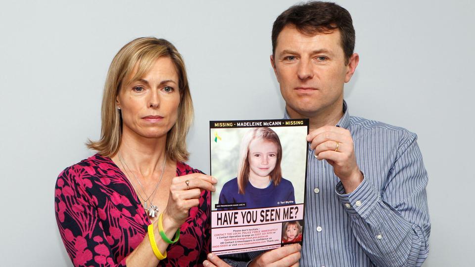 Kate ve Gerry McCann, 2 Mayıs 2012'de Londra'da düzenlenen bir basın toplantısında kayıp kızları Madeleine'in şimdi nasıl görünebileceğine dair bilgisayar tarafından oluşturulan bir görüntü ile poz veriyor.