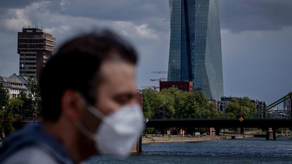29 Nisan 2020 tarihli bu fotoğrafta Almanya Frankfurt'taki Avrupa Merkez Bankası'nın önünde bir adam yürüyor.