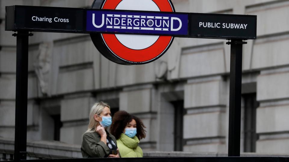 Yayalar 5 Haziran 2020'de Londra'daki Charing Cross İstasyonu yakınında yürürken maske takıyorlar.