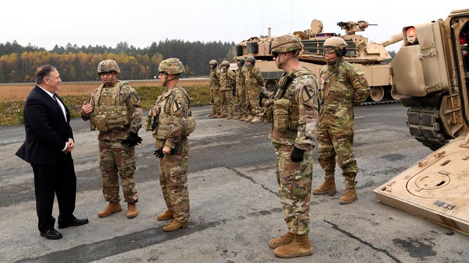 ABD Dışişleri Bakanı Mike Pompeo, 7 Kasım 2019'da Almanya'daki Grafenwoehr ve Vilseck Alman topluluklarındaki Amerikan askeri tesislerini ziyareti sırasında ABD askerleriyle konuştu.
