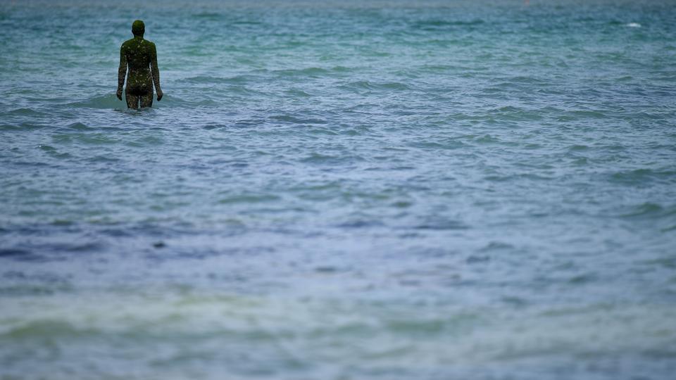 İngiliz sanatçı Antony Gormley'nin 'BAŞKA BİR ZAMAN XXI, 2013' başlıklı eseri, 16 Mayıs 2020'de İngiltere'nin güneydoğusundaki Margate'de görülüyor.