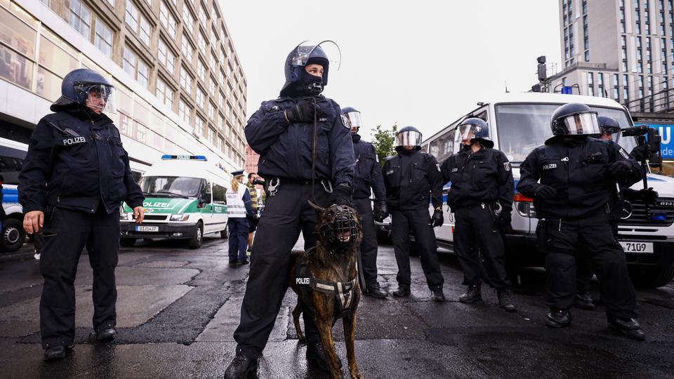 Alman polisi 6 Haziran 2020'de Berlin'de ırkçılık karşıtı gösteri sırasında güvenlik önlemleri alıyor.