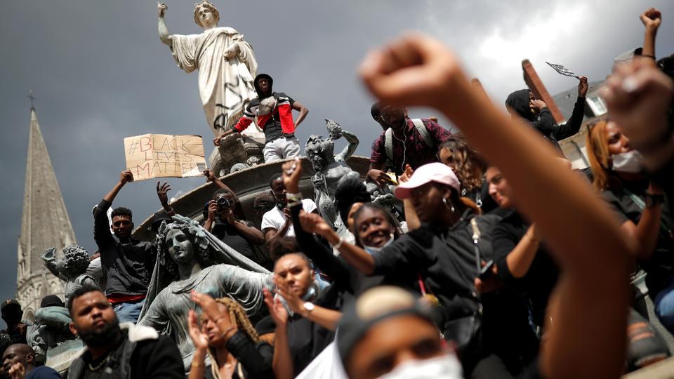 İnsanlar 8 Haziran 2020'de Nantes, Fransa'daki George Floyd'un Minneapolis polis nezaretinde polis vahşeti ve ölümüne karşı bir protestoya katıldılar.