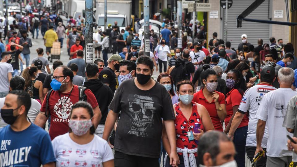 İnsanlar yeniden açıldıktan sonra 10 Haziran 2020'de Sao Paulo, Brezilya şehir merkezinde ticari bir cadde boyunca yürüyorlar. Sao Paulo belediyesi, ticari caddelerin alkol jeli ve yüz maskeleri gibi güvenlik önlemleri altında yeniden açılmasına izin verdi.