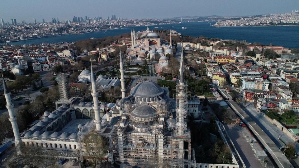 Havadan bir görüntü uzaktan Ayasofya'yı ve önündeki Sultanahmet Camii'ni 11 Nisan 2020'de İstanbul'da gösteriyor.