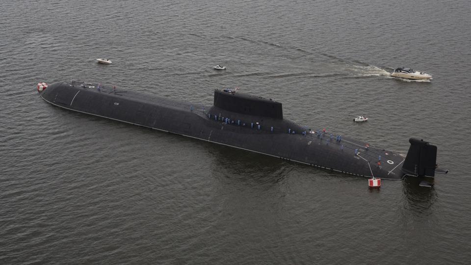 Havadan bir görünüm, Rus nükleer denizaltı Dmitry Donskoy'un Kronshtadt'taki Donanma Günü geçit töreninin arifesinde demirlemiş olduğunu gösteriyor.