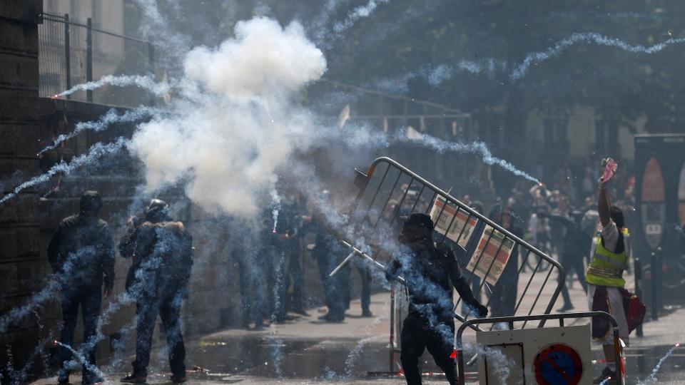 16 Haziran 2020'de Fransa'nın Nantes kentindeki Fransız sağlık çalışanlarının gösterdiği polis ve protestocular arasındaki çatışmalar sırasında göz yaşartıcı gaz havada yüzüyor.