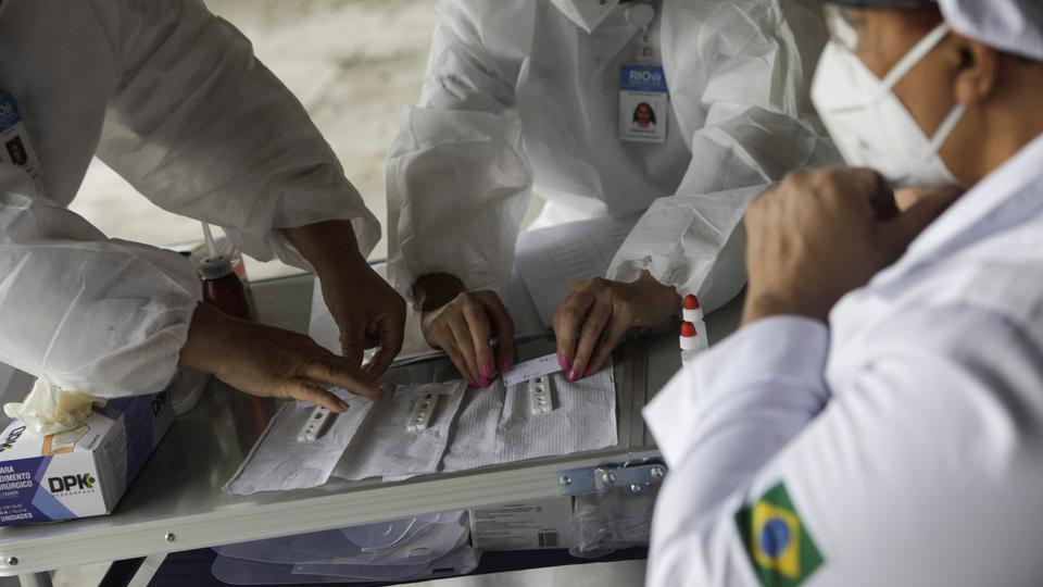 Sağlık çalışanları, Rio de Janeiro'nun Sambadrome, Brezilya, 15 Haziran 2020'de taksi şoförleri için taksiciler için koronavirüs hastalığı testleri yapıyor.