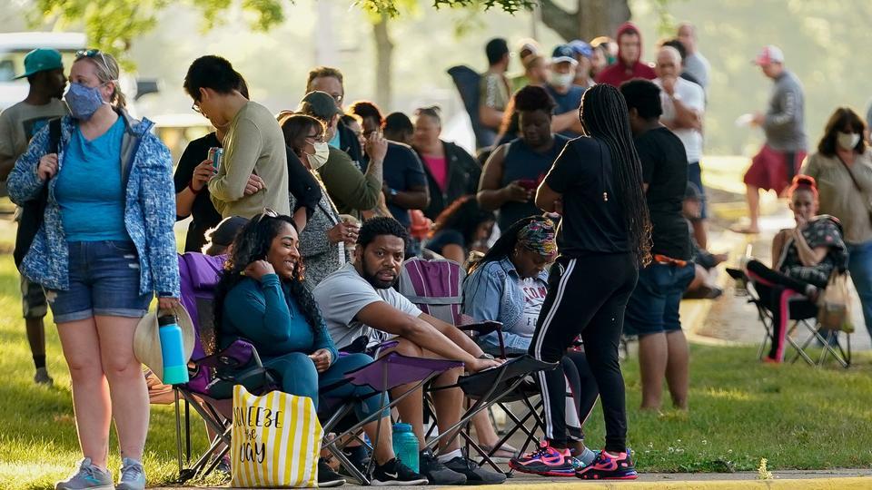 18 Haziran 2020, Frankfort, Kentucky'deki işsizlik iddialarıyla ilgili yardım bulmak için yüzlerce insan, açılmasından iki saat önce Kentucky Kariyer Merkezi'nin dışında sıraya giriyor.
