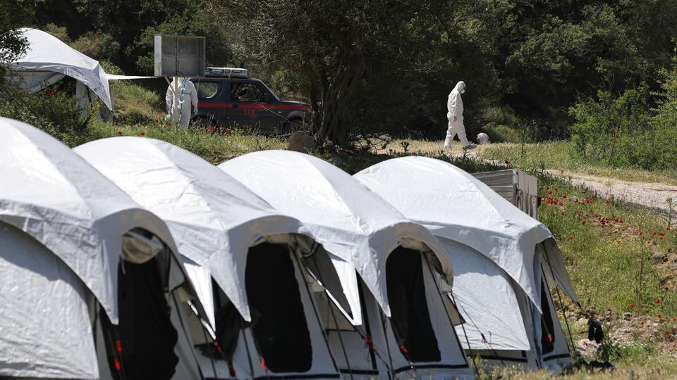 Yunan yetkililer, 13 Mayıs 2020'de Yunanistan'ın Midilli Adası'nda yeni gelen mülteci ve göçmenleri test etmeden önce gördüler.