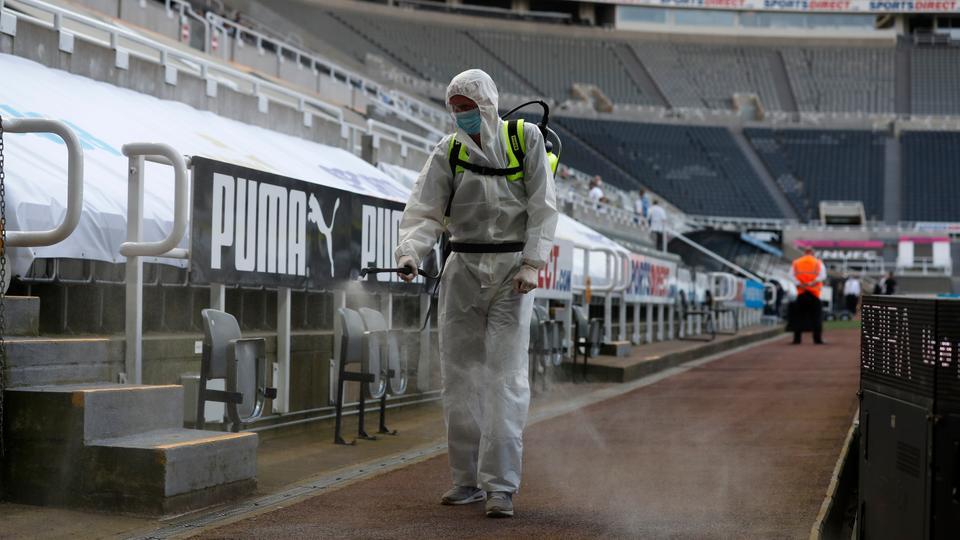 24 Haziran 2020'de NewCastle, St James 'Park stadyumunda koronavirüs salgınına karşı koruyucu önlem olarak koruyucu giysiler giyen bir dezenfektan spreyler.