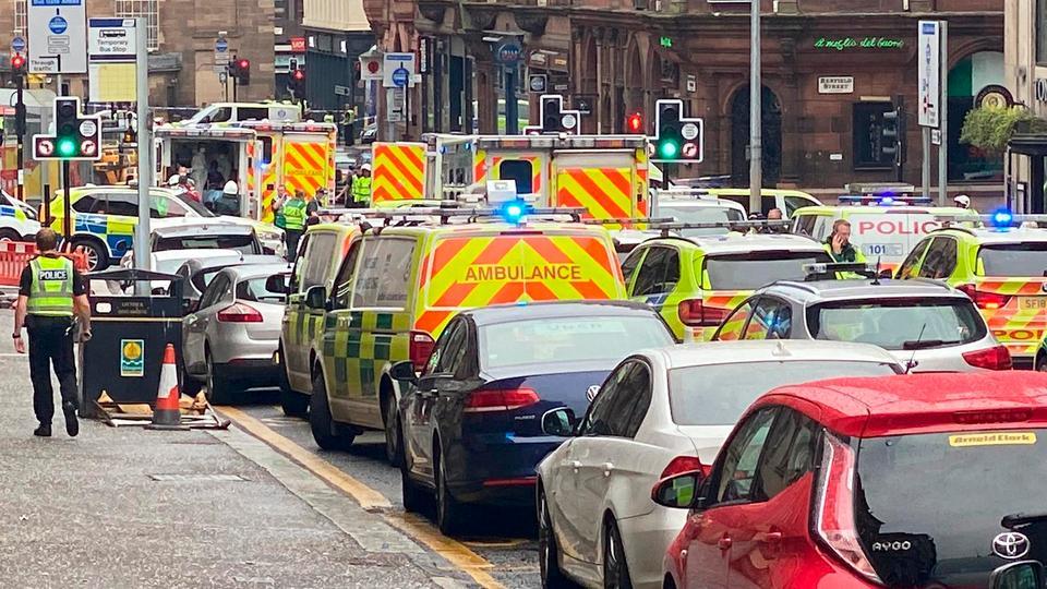 Acil müdahale ekipleri 26 Haziran 2020 Glasgow, İskoçya, İngiltere'de, sosyal medyadan elde edilen bu resimde bildirilen bıçaklanma olaylarının yakınında görülüyor.