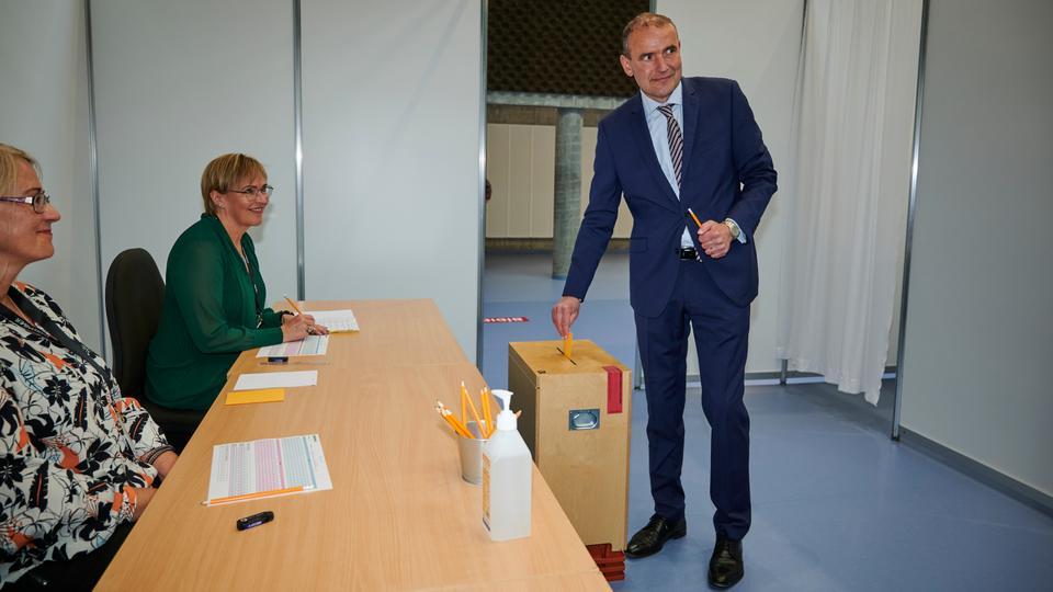 İzlanda Cumhurbaşkanı Gudni Th Johannesson (L) oylamasını 27 Haziran 2020'de Gardabaer, İzlanda'daki 'Altanesskoli' sandık istasyonunda verdi.