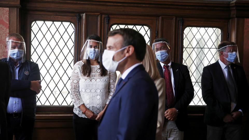 Fransa Cumhurbaşkanı Emmanuel Macron, 28 Haziran 2020 Fransa Le Touquet-Paris-Plage'da Fransa belediye seçimlerinin ikinci turunda bir sandıkta sandık başına yaptığı oylamada yetkililerle konuştu.
