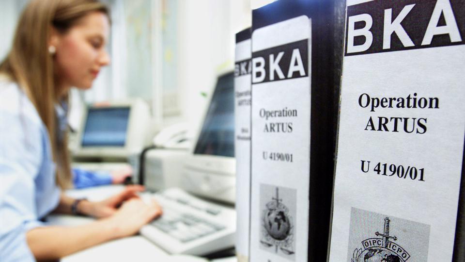 Alman federal suç bürosu (BKA) grubu ARTUS üyesi, 20 Mart 2002'de Wiesbaden'deki bilgisayarında çalışıyor.