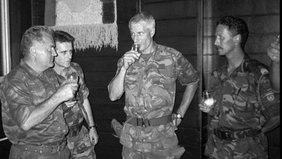 Bosnalı Sırp Ordusu Komutanı General Ratko Mladiç, solda, Hollandalı BM Komutanı Ton Karremans ile ikinci sağda, 12 Temmuz 1995'te Potocari'de fotoğraf çekti.