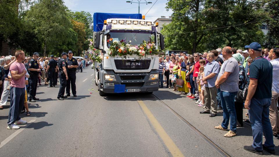 Srebrenica katliamının 33 kurbanının kalıntılarını taşıyan araç, 9 Temmuz 2019 Salı günü Saraybosna, Bosna'daki bir sokaktan geçiyor.
