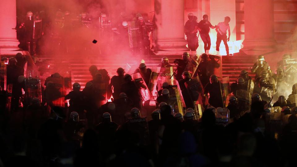 Protestocular 10 Temmuz 2020'de Belgrad'da düzenlenen bir protesto sırasında Sırp parlamentosu adımlarında çevik kuvvet polisi ile çatıştı.