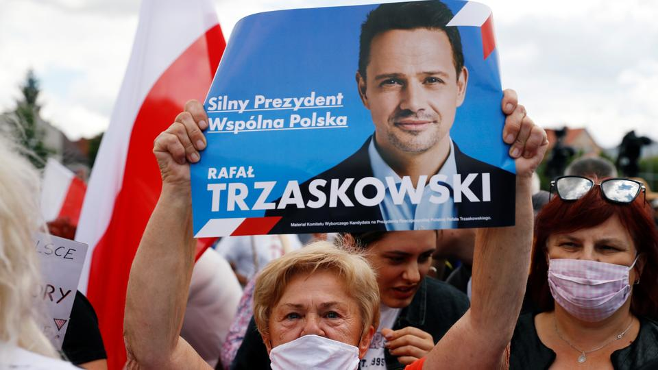 Bir kadın, 9 Temmuz 2020'de Ciechanow, Polonya'daki seçim toplantısında insanlar Varşova belediye başkanını ve ana Polonya muhalefet merkezi sağ Civic Platformu (PO) partisi Rafal Trzaskowski'nin başkan adayını desteklemek için bir araya geldi.