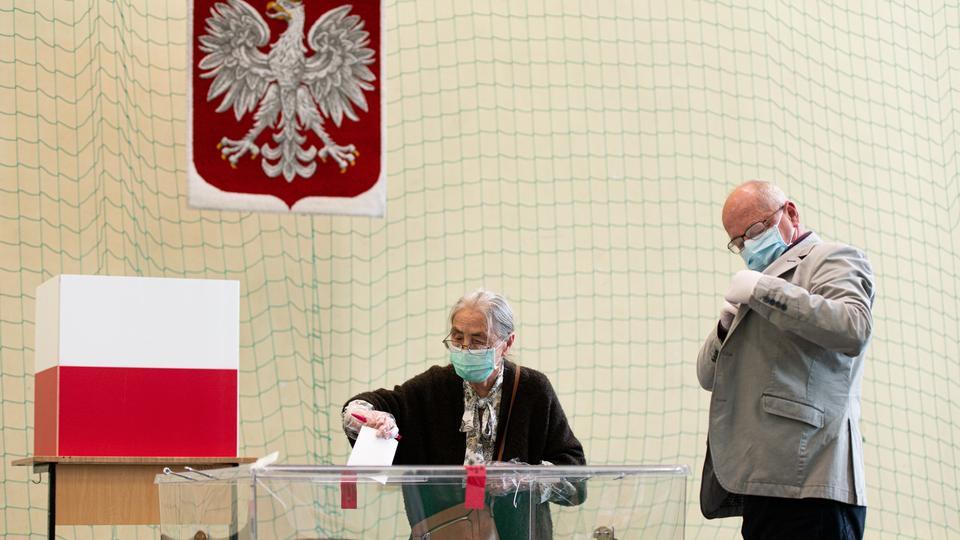Cumhurbaşkanı Duda, katılımın yaklaşık yüzde 70 olduğunu ve Polonya'nın komünizmi atmasından bu yana geçen 30 yıl içinde cumhurbaşkanlığı seçimleri açısından rekor düzeyde olacağını söyledi.
