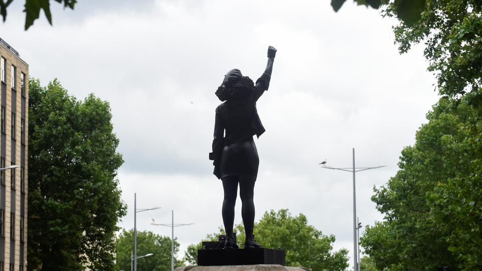 Black Lives Matter protestosu Jen Reid'in heykeli, daha önce 15 Temmuz 2020'de Bristol, İngiltere'deki köle tüccarı Edward Colston'un heykeli tarafından işgal edilen kaidenin üzerinde duruyor.