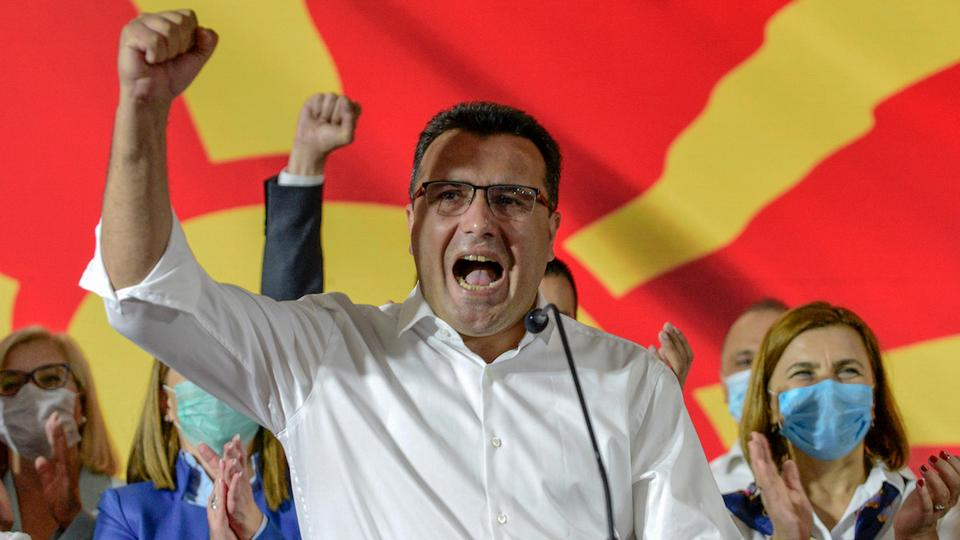 İktidardaki SDSM partisinin lideri Zoran Zaev, 16 Temmuz 2020'nin başlarında Üsküp'teki genel seçimlerde zaferini kutlarken konuştu.