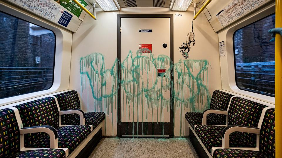 Sosyal medyadan elde edilen bu tarihsiz resimde Londra yeraltı arabalarında görülen Banksy grafiti.