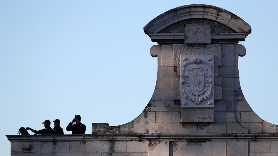 Polis memurları 16 Temmuz 2020'de Madrid, İspanya Kraliyet Sarayı'ndaki bir devlet haraçından önce bir binanın çatısında nöbet tutuyor.