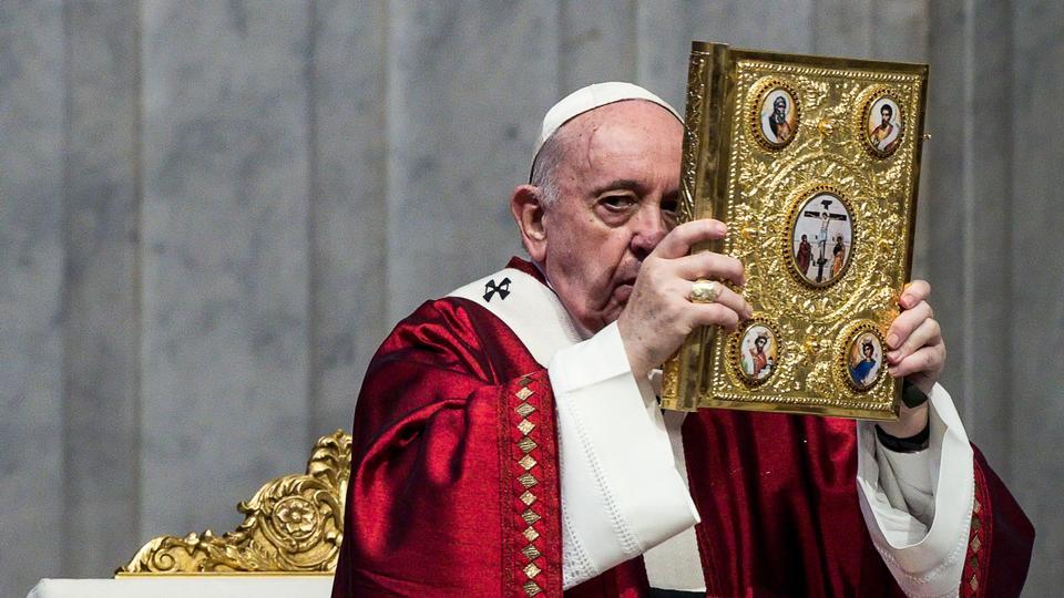 Papa Francis, 29 Haziran 2020'de Vatikan'da Aziz Petrus Bazilikası'ndaki Aziz Peter ve Paul'un Kütlesini kutluyor.
