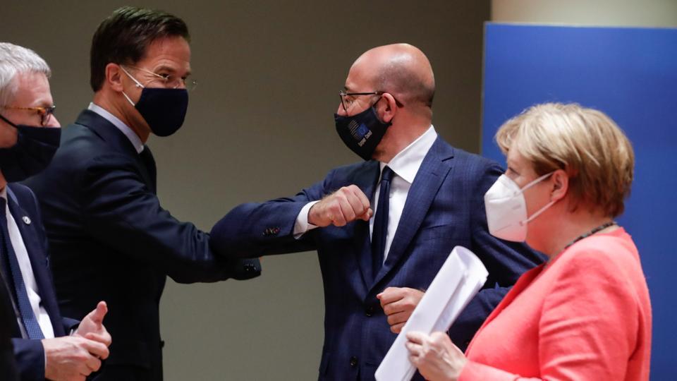 Hollanda Başbakanı Mark Rutte (L), Avrupa Konseyi Başkanı Charles Michel (C) ve Almanya Başbakanı Angela Merkel (R), Brüksel, Belçika'daki Avrupa Konseyi'nde yapılacak Avrupa zirvesinde son yuvarlak masa toplantısı sırasında dirsekleri çarptı, 21 Temmuz 2020