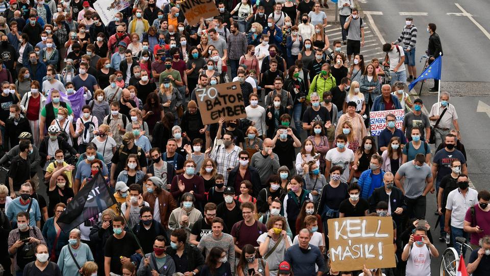 Göstergeler, Macar haber sitesi Index.general editörlerin görevden alınmasına karşı protesto gösterileri yapıyor. 24 Mart 2020 Cuma, Budapeşte, Macaristan sokaklarında yürüyüş.