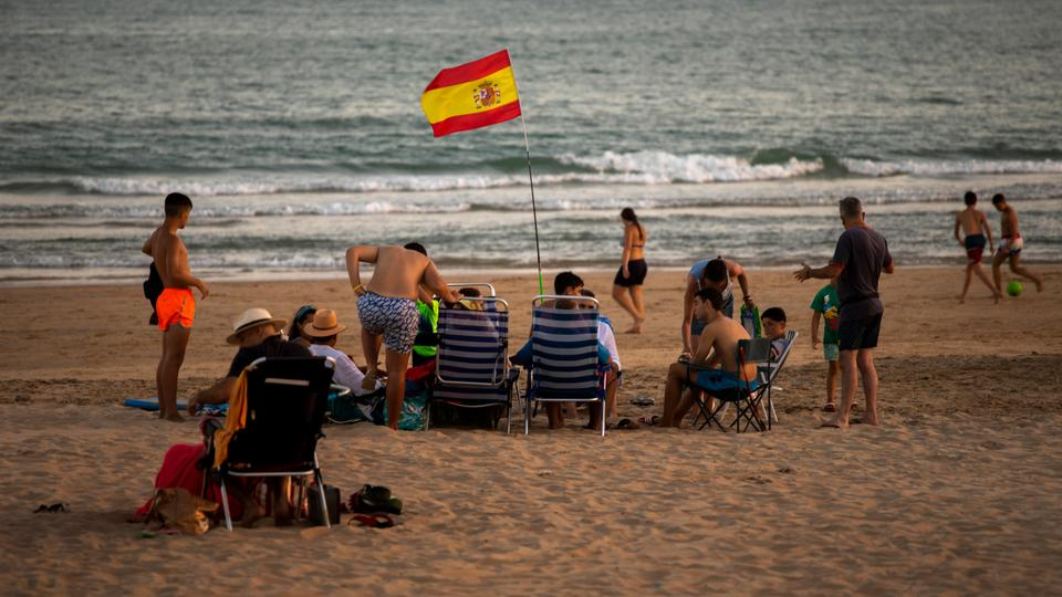 Yıkananlar 25 Temmuz 2020 Cumartesi günü İspanya'nın güneyinde Cadiz eyaletinin Barbate kentinde plajın tadını çıkarıyor.