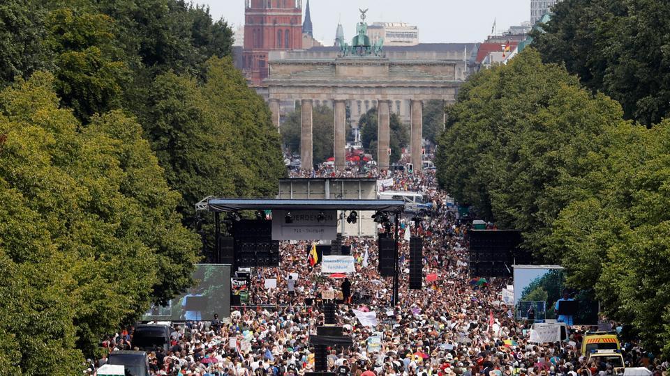 İnsanlar 1 Ağustos 2020'de Berlin, Almanya'da koronavirüs kısıtlamalarına karşı bir gösteri için toplandılar.