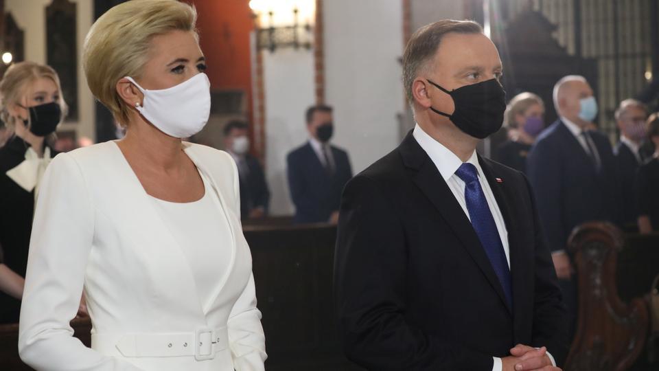 Polonya'nın yeni yeminli Cumhurbaşkanı Andrzej Duda ve koruyucu yüz maskeleriyle eşi Agata Kornhauser-Duda, Polonya'nın Varşova kentindeki bir katedralde düzenlenen ayine katılıyor. 6 Ağustos 2020.