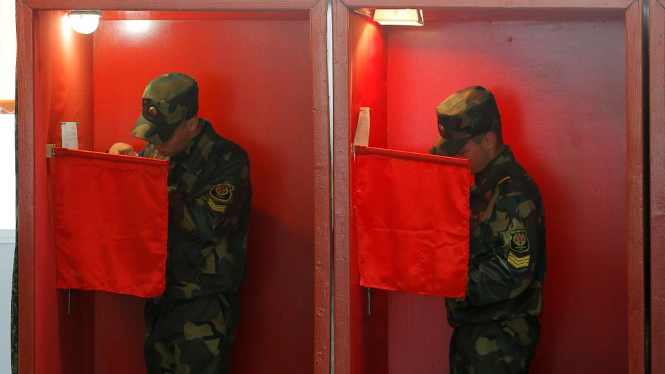 Belarus askerleri, 9 Ağustos cumhurbaşkanlığı seçimleri öncesinde 4 Ağustos 2020, Minsk, Belarus'taki bir sandık merkezinde yapılan erken oylama sırasında oylama kabinlerinde duruyorlar.